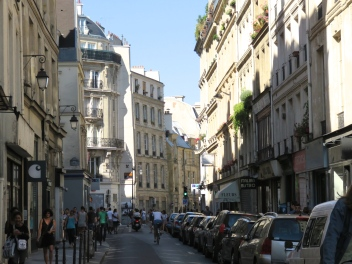 Most of the Latin Quarter is a medieval maze of winding narrow streets and cobblestone alleyways, with a few quiet hidden squares. Except for the Boulevard Saint-Michel, this quarter has a distinct Old World character.